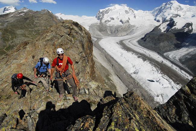 Альпинисты покоряют вершины